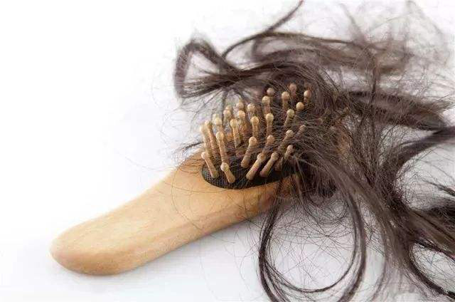 为什么秃顶的人不少,但植发的人却不常见?有什么条件吗?