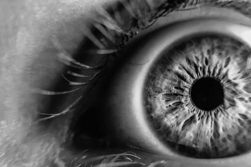 儿童有哪些小动作说明离近视不远了,家长一定要留心观察